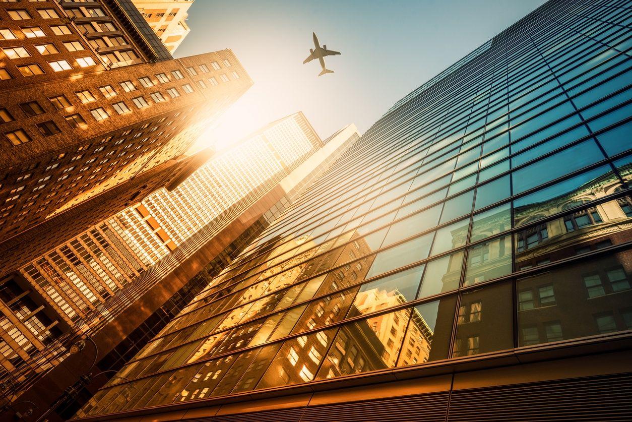 मैनहट्टन में भव्य गगनचुंबी इमारतों को देख जमीन से एक दृश्य