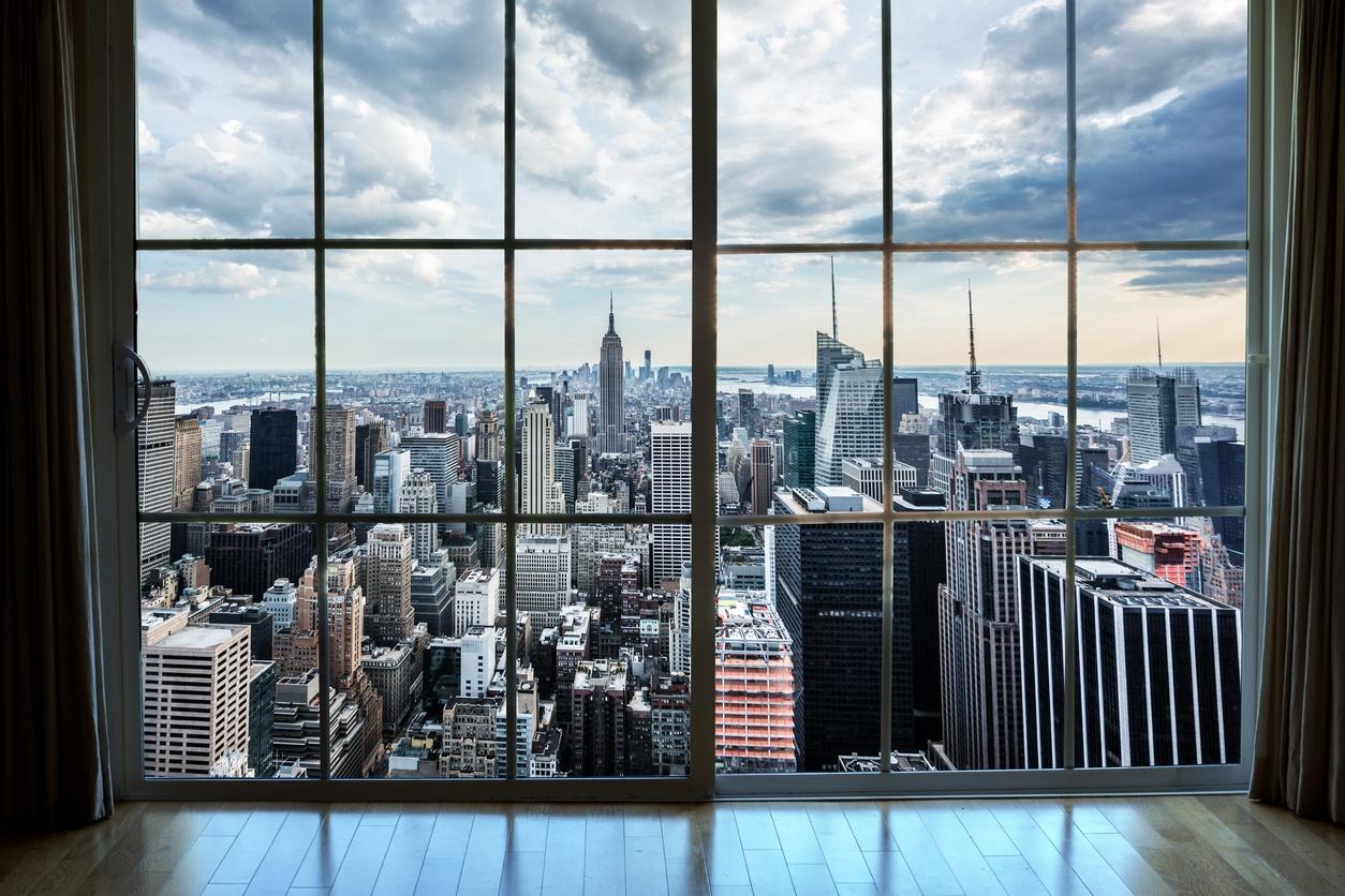 एक अपार्टमेंट खिड़की से मैनहट्टन अचल संपत्ति पर बाहर देख